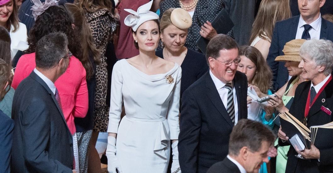 В чем Анджелина Джоли пришла на королевскую службу новые фото