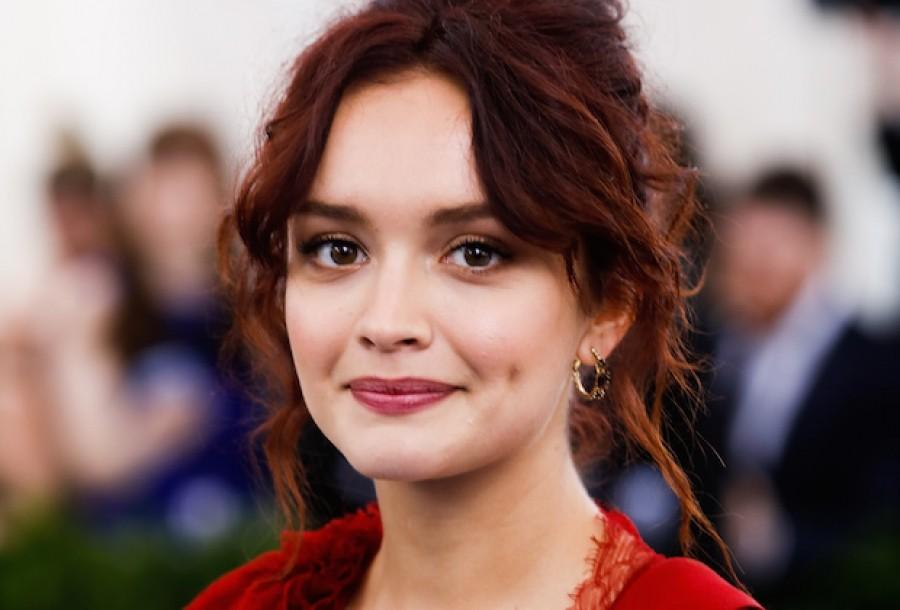 63f6e01b2347 На днях она снова впечатлила всех, надев на премьеру фильма «Сама жизнь»  платье Prada из плотного шелка кади красного цвета, украшенное вышивкой с  цветочным ...