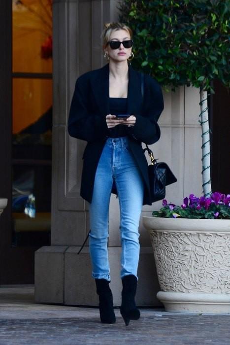 Хейли Бибер сочетает oversize, скинни и корсет в одном образе
