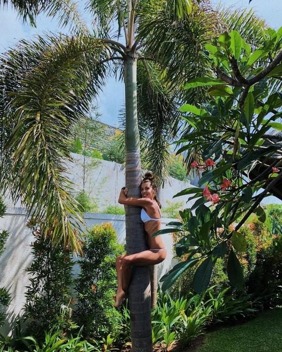 Кети Топурия в бикини на Бали взобралась на пальму