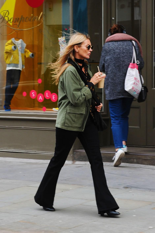 Кейт Мосс в зеленом жакете Zara и черных брюках клеш
