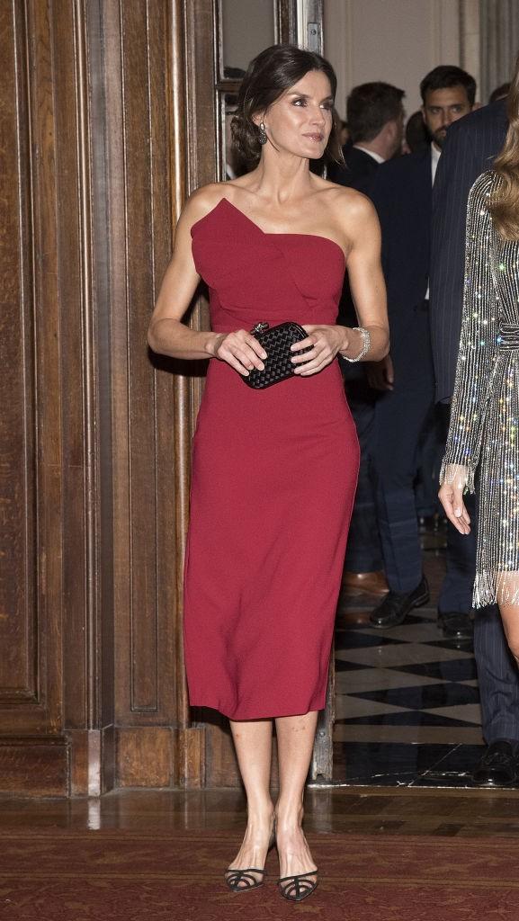 Красное платье королевы Летиции - для перелетов и приемов