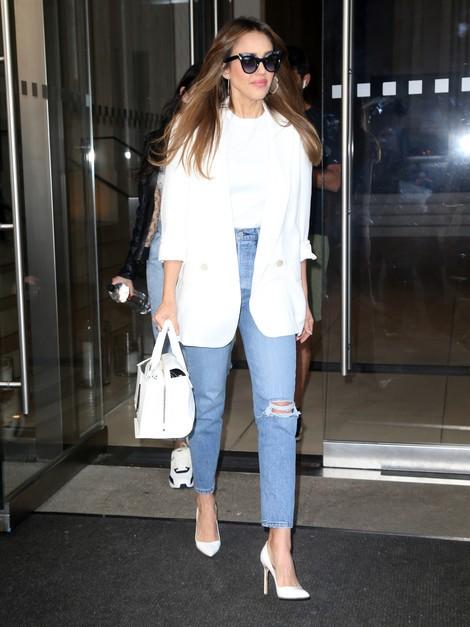 Джессика Альба показывает, какая обувь идеально подходит для белого пиджака