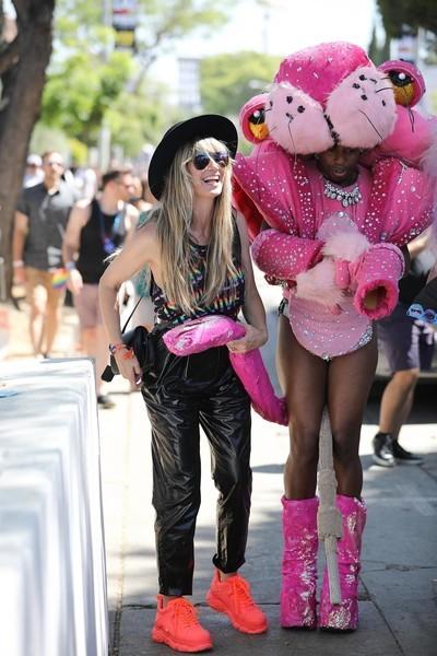 Хайди Клум вышла на парад в «целлофановых» брюках