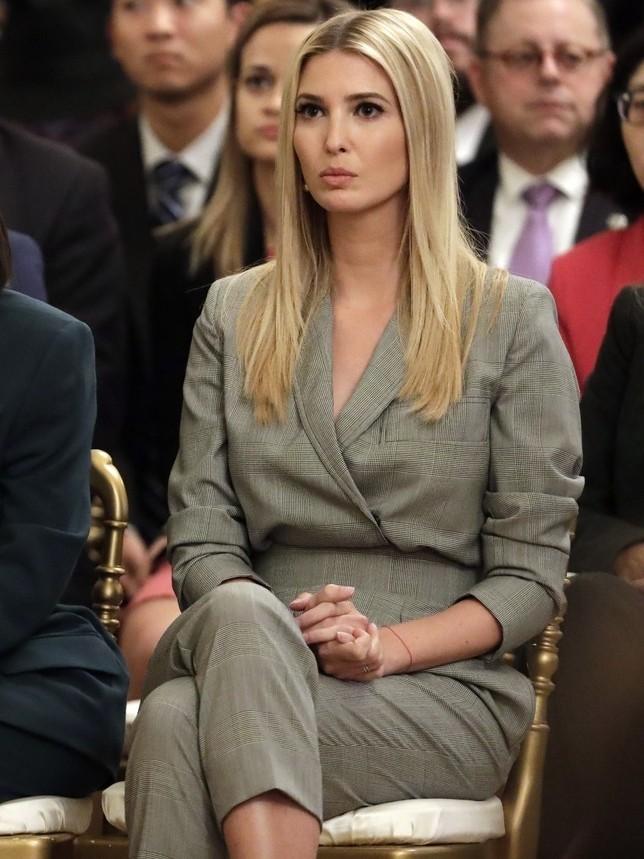 Иванка Трамп грамотно подчеркнула фигуру серым костюмом и лодочками