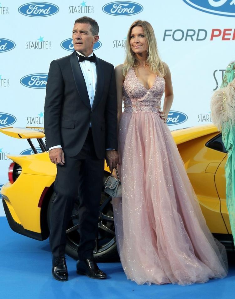 39-летняя подруга 56-летнего Бандераса вышла с ним в свет в розовом платье принцессы