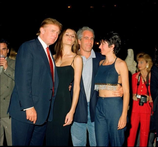 В особняке Эпштейна нашли портрет Билла Клинтона в платье и туфлях на каблуках