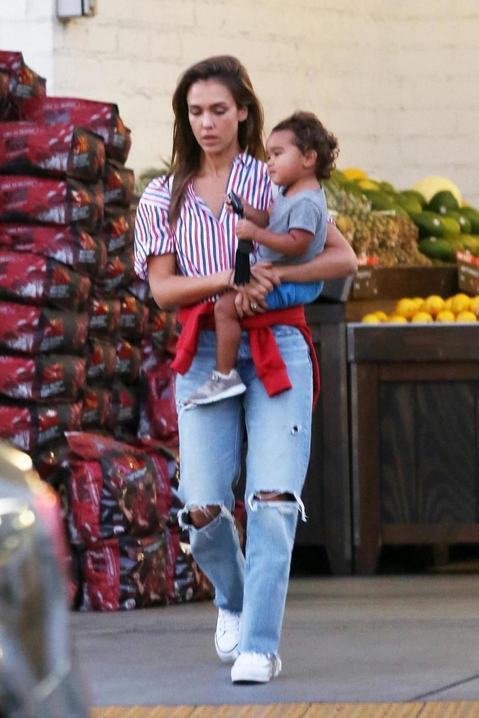 Джессика Альба в потертых джинсах и рубашке в полоску гуляет с сыном