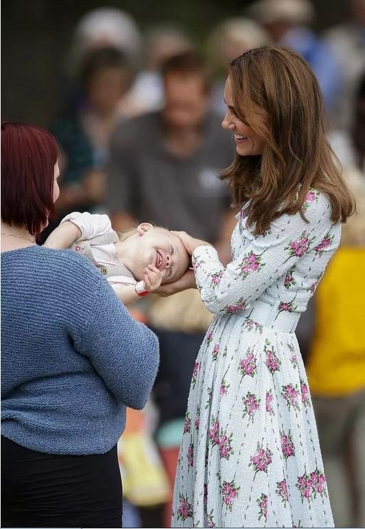 Кейт Миддлтон в платье в цветочек играет с годовалой малышкой