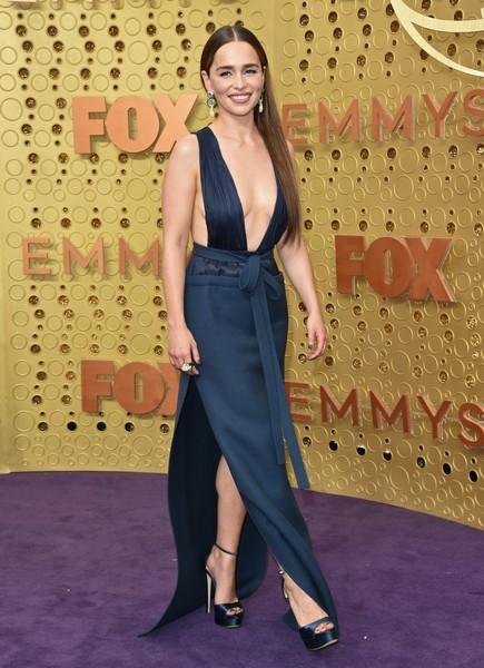 Эмилия Кларк вдохновилась образом Джей Ло и надела платье с декольте до середины живота