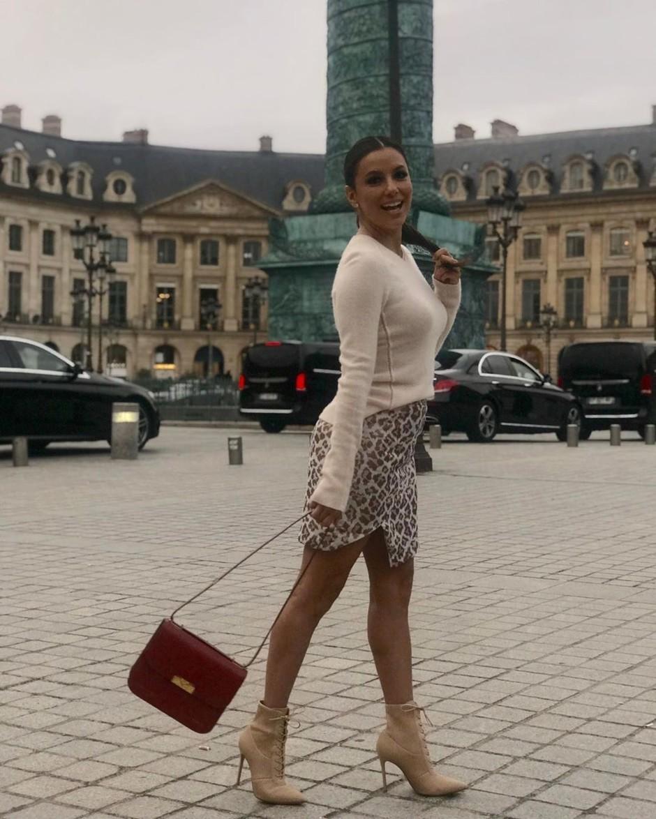 Фигура на миллион: Ева Лонгория в леопардовой мини-юбке в Париже