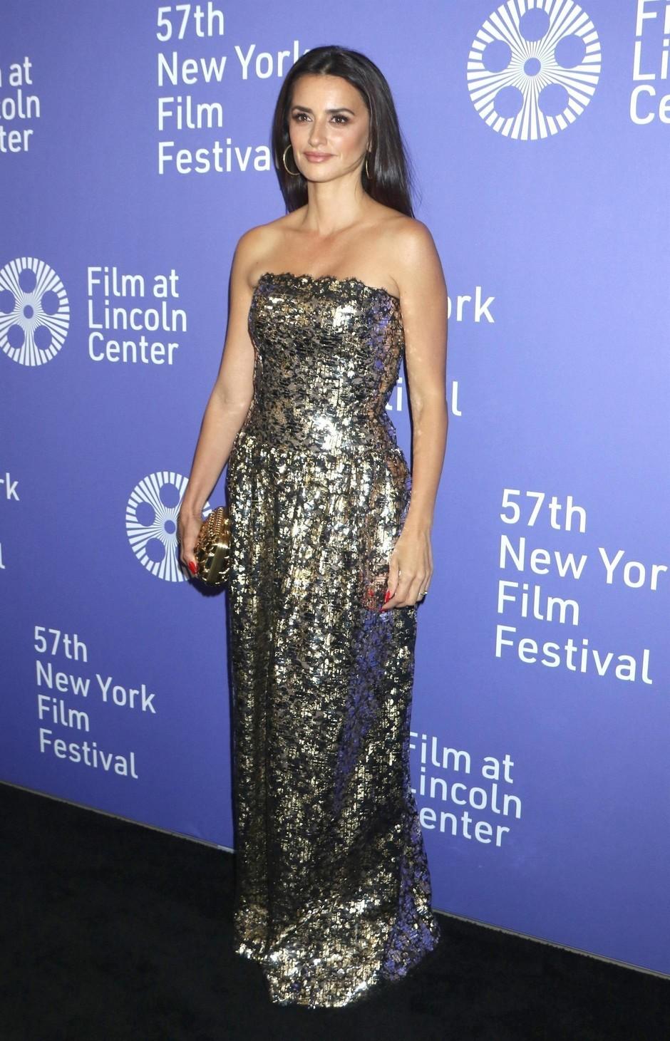 Пенелопа Крус появилась на кинофестивале в платье из «жидкого металла»