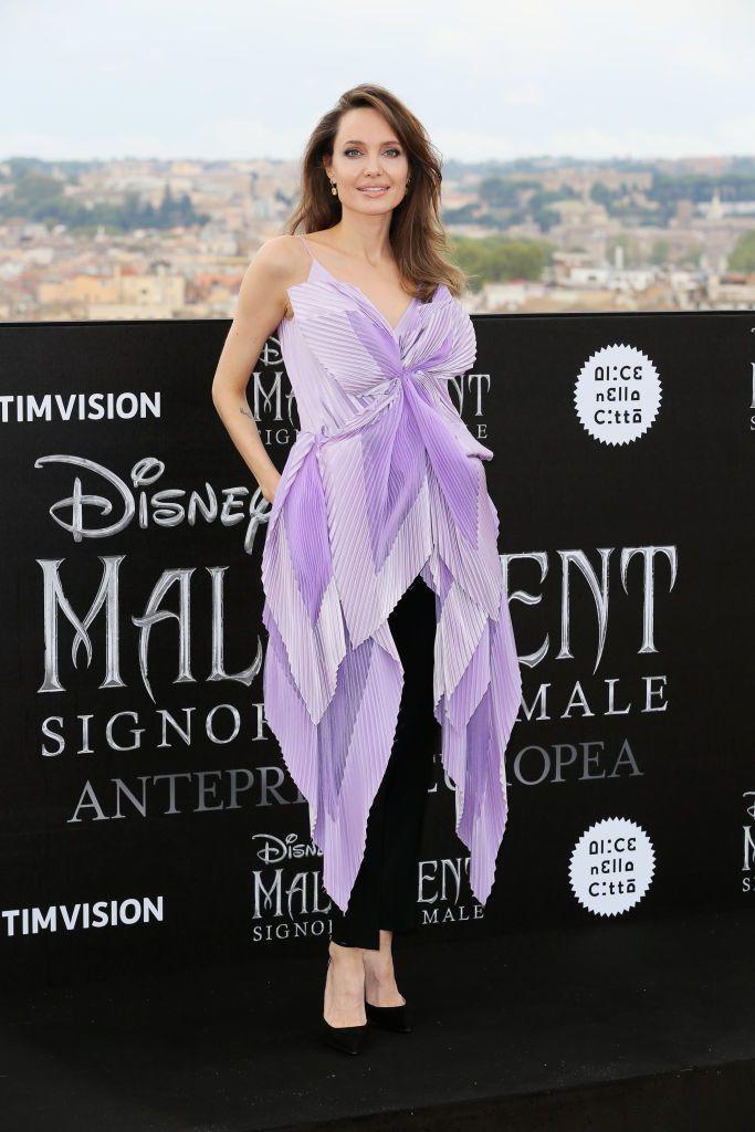 Сияющая Джоли в сиреневой блузе-бабочке Givenchy пришла на премьеру в Риме