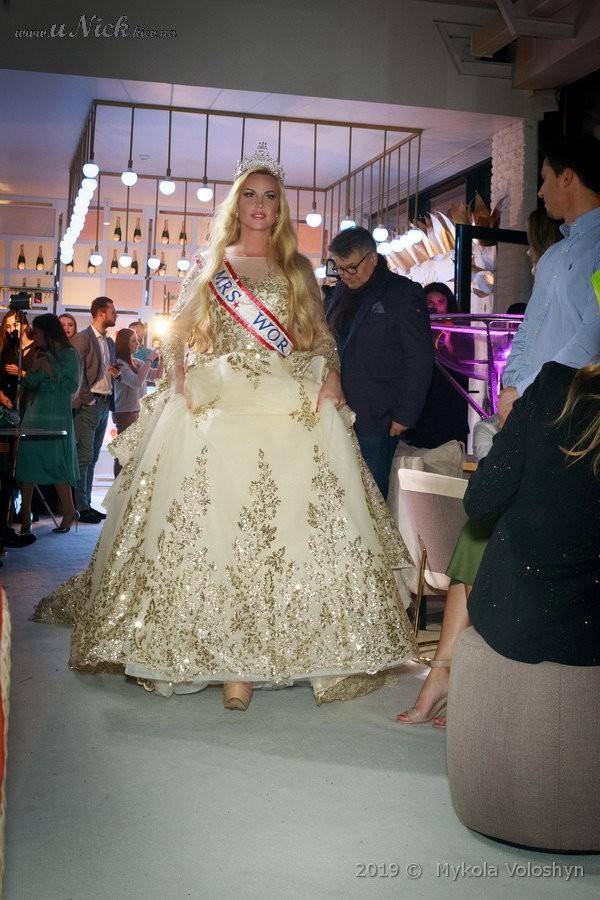 """KAMALIYA """"засветилась"""" в роскошном свадебном платье весом 15 килограммов"""