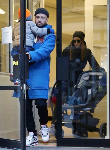 Джастин Тимберлейк и Джессика Бил с сыном прогулялись по Нью-Йорку