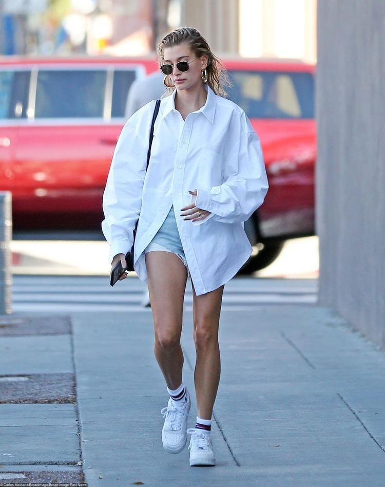 Хейли Бибер выгуляла расслабленный образ в Лос-Анджелесе