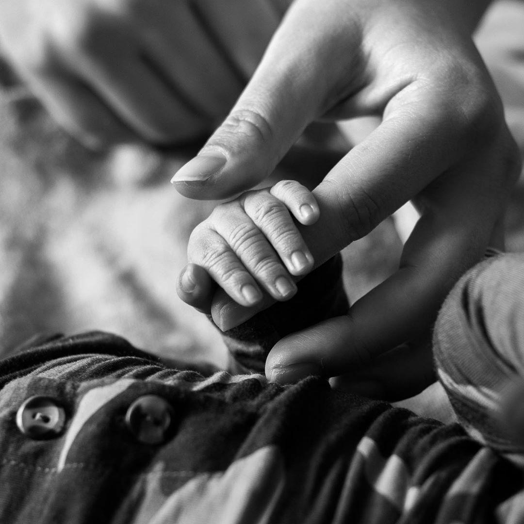 Эшли Грэм впервые показала фото своего новорожденного сына