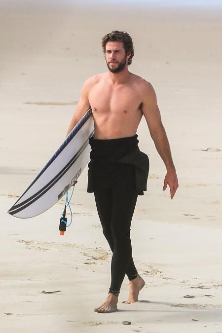 Лиам Хемсворт проводит время на пляже с девушкой Габриэллой Брукс и братом Крисом