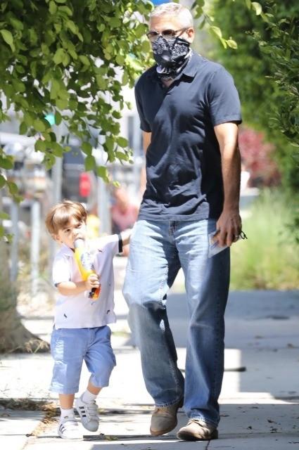 Папарацци удалось запечатлеть, как выглядит сын Джорджа и Амаль Клуни