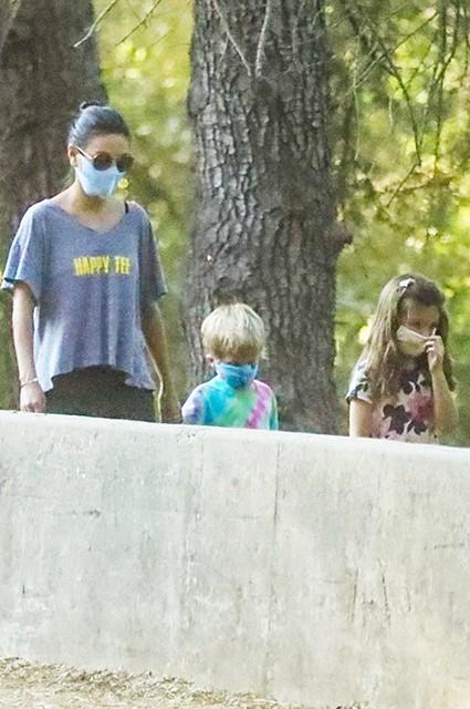 Мила Кунис и Эштон Катчер на прогулке в лесу с детьми