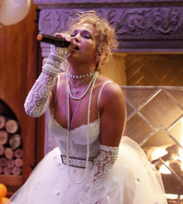 Дженнифер Лопес надела на Хэллоуин «свадебный» костюм