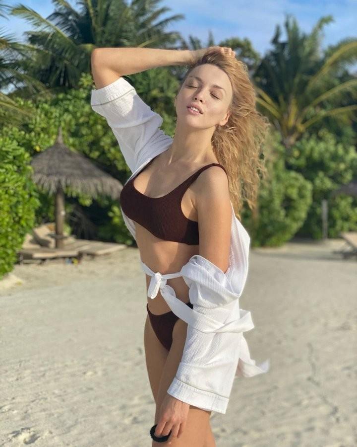 Оля Полякова демонстрирует роскошное тело на Мальдивах